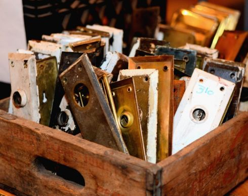 Whether you are looking for knobs, plates, hinges, pulls or just odd bits and pieces... we have a lot to choose from!